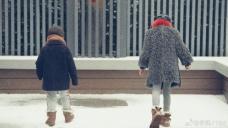 孙莉晒多妹与弟弟玩雪背影照 母女牵手画面温馨有爱
