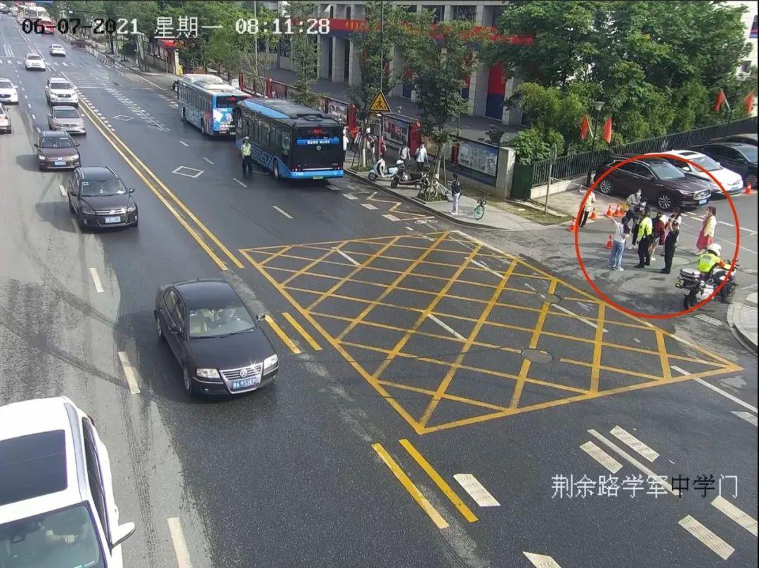 玉林法制考生将准考证忘在公交车上,交警一路狂奔近1公里拦下公交车找回!