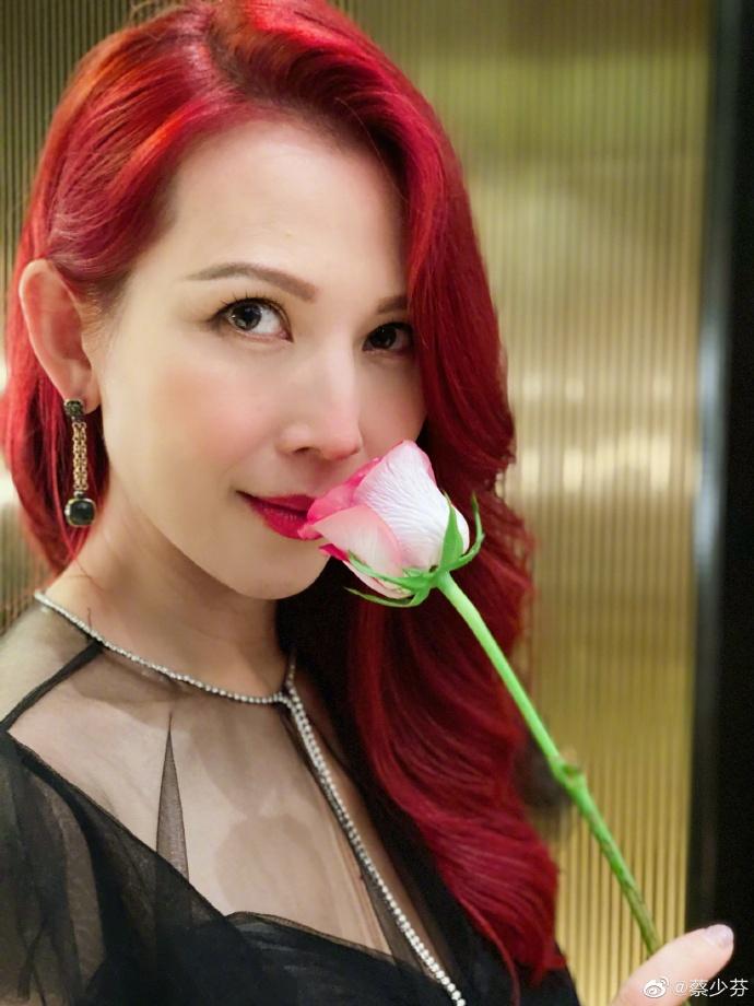 赤峰新闻蔡少芬穿黑色礼服裙 红唇大波浪风情万种