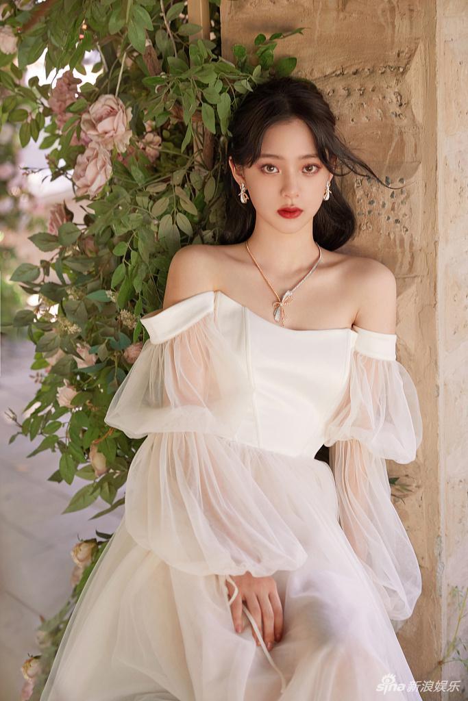欧阳娜娜花园拍写真似在逃公主 红白两套造型浪漫唯美