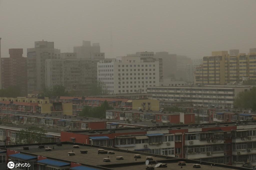 北京出现沙尘天气 同时伴随雨水形成沙尘雨