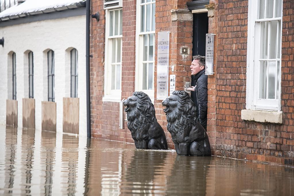 英国伍斯特郡发布洪水警报 雪融后街头积水严重