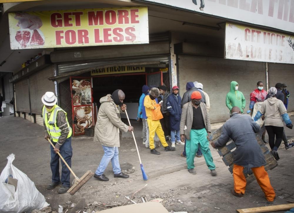 南非骚乱致117人死亡超2000人被捕 志愿者清理街道插图(1)