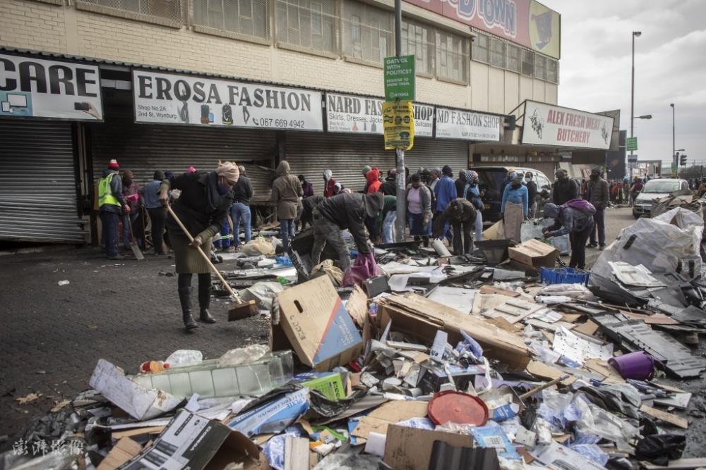 南非骚乱致117人死亡超2000人被捕 志愿者清理街道插图(2)