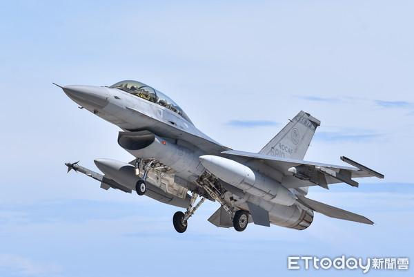 台媒:台军F-16V紧急升空拦截解放军战机时发生意外,起飞前起落架收起插图2