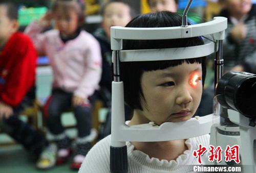 儿童青少年近视防控方案:减轻学业负担、规范使用电子产品