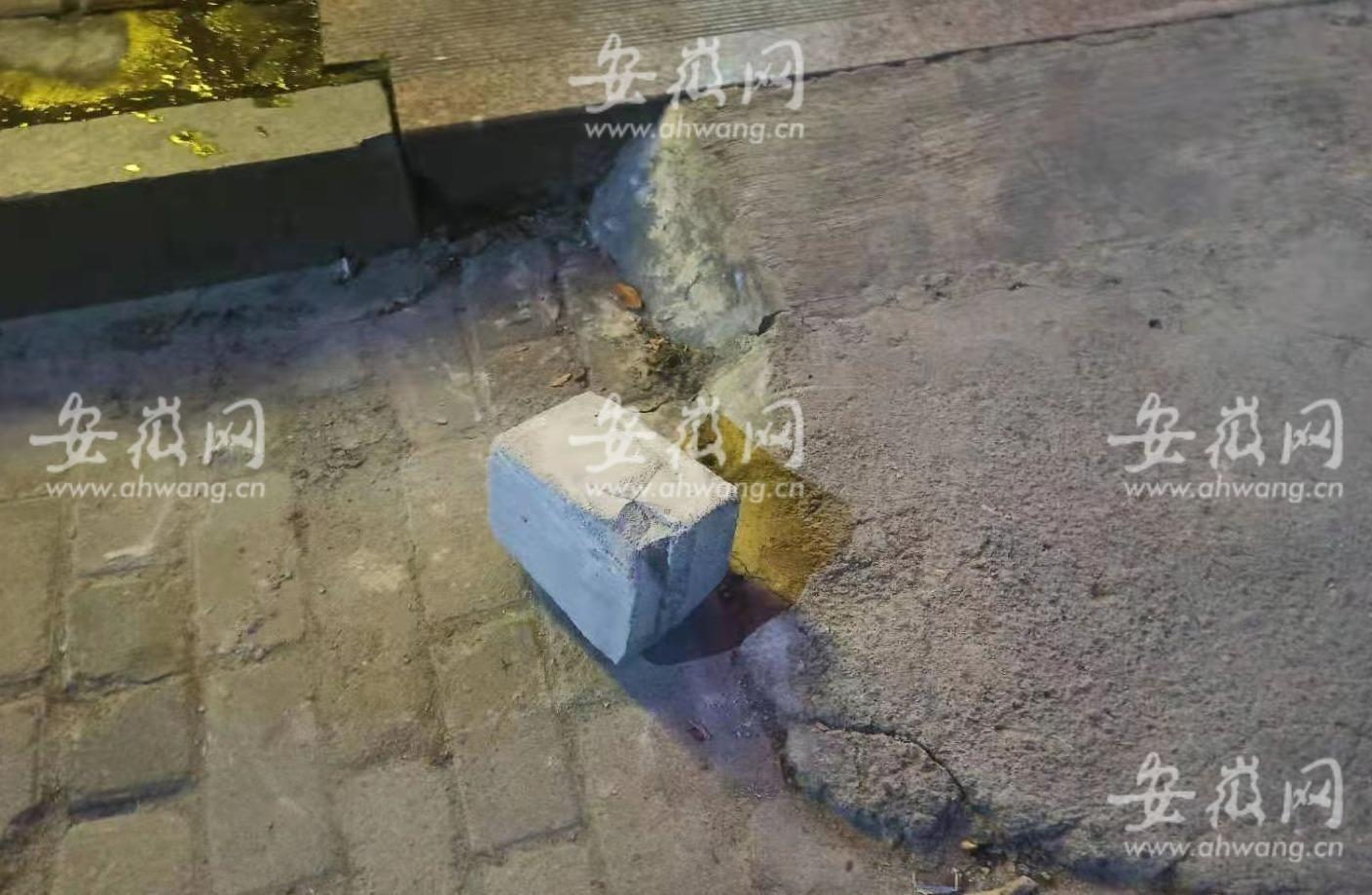 安徽潜山一小伙打羽毛球时险被楼上坠落砖头砸中:好像是瞄着打似的