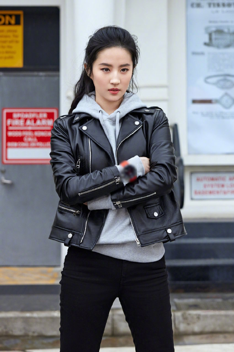 《【摩鑫娱乐登陆注册】刘亦菲最新街拍造型 酷帅有型!》