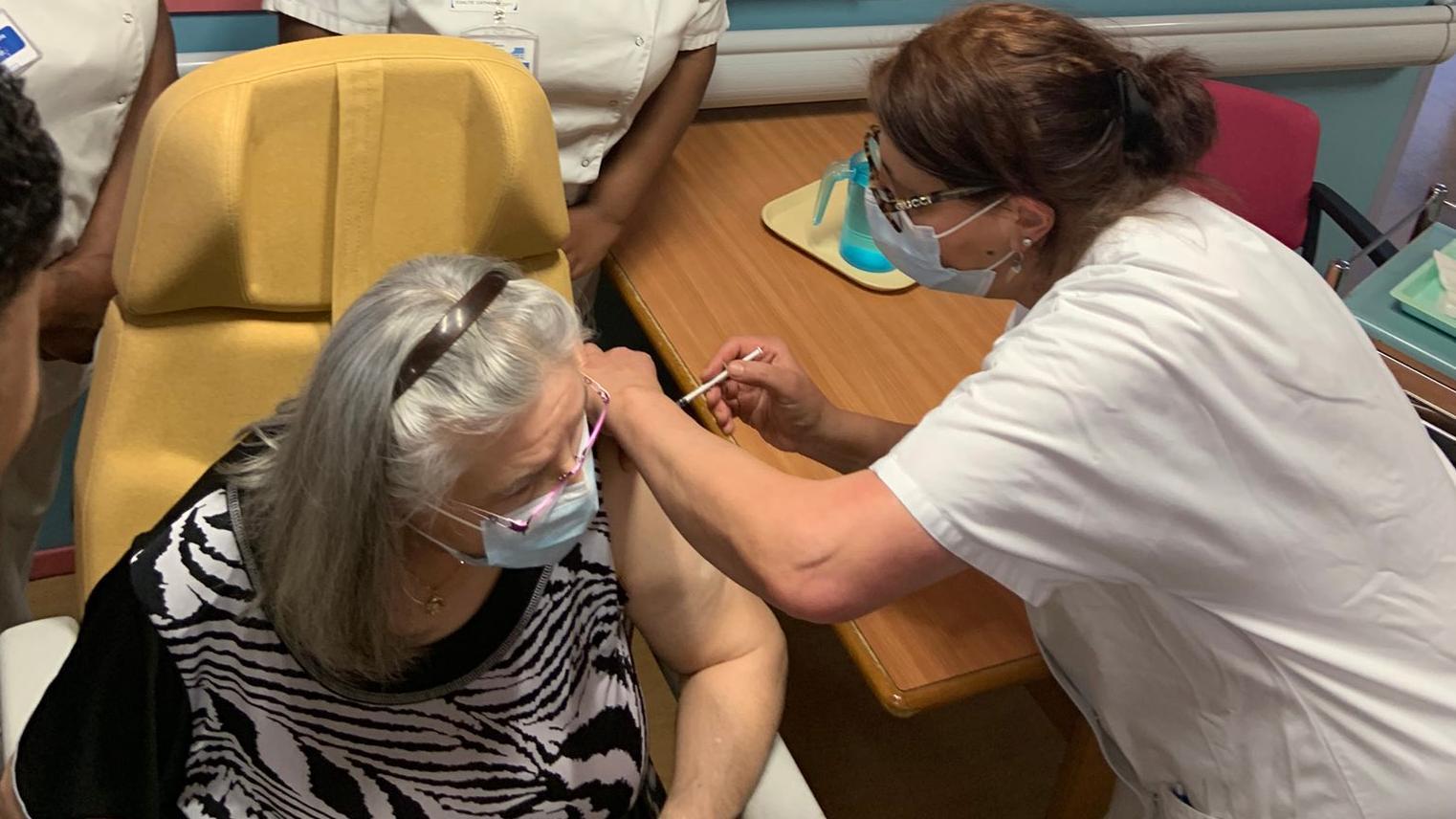 """电银付pos机(dianyinzhifu.com):78岁老人成法国首位新冠疫苗接种者 总统马克龙称抗疫有了""""新武器"""" 第1张"""