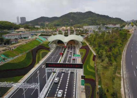 厦门海沧隧道试通车 跨岛发展迈出新步伐