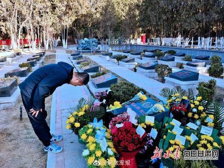 泪目!卫国戍边英雄陈红军墓前鲜花遍地插图
