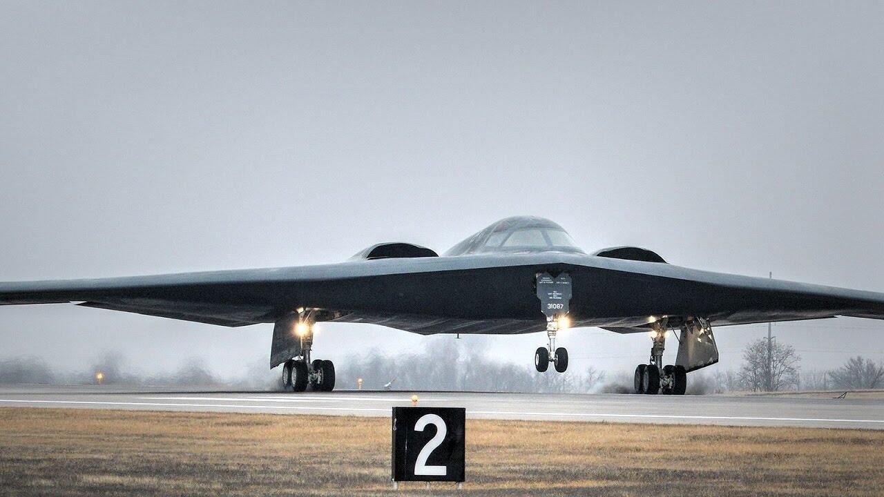 美媒:美军一架B-2隐形轰炸机因故障紧急迫降,造成飞机受损