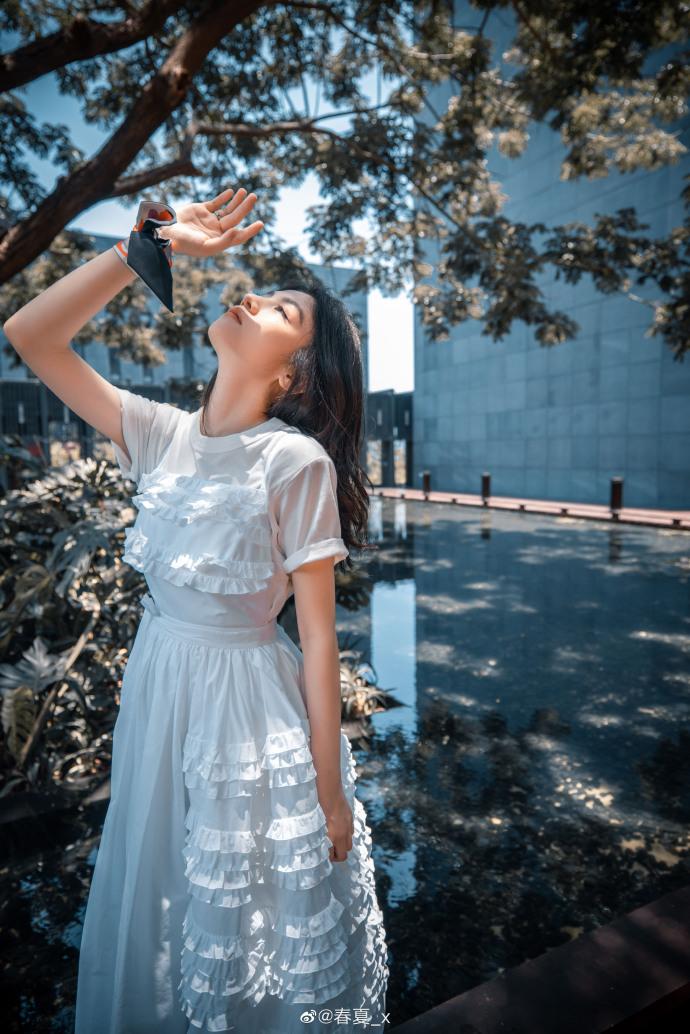 网络营销博客_春夏纯白长裙写真满满春日气息 眼神清亮纯粹似林间精灵插图4