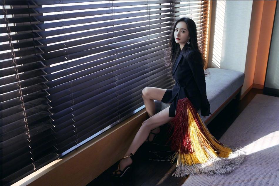 杨幂穿黑色西装流苏裙 大秀美腿性感霸气