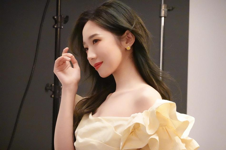 孟美岐穿黄色抹胸裙 对镜甜笑少女感十足