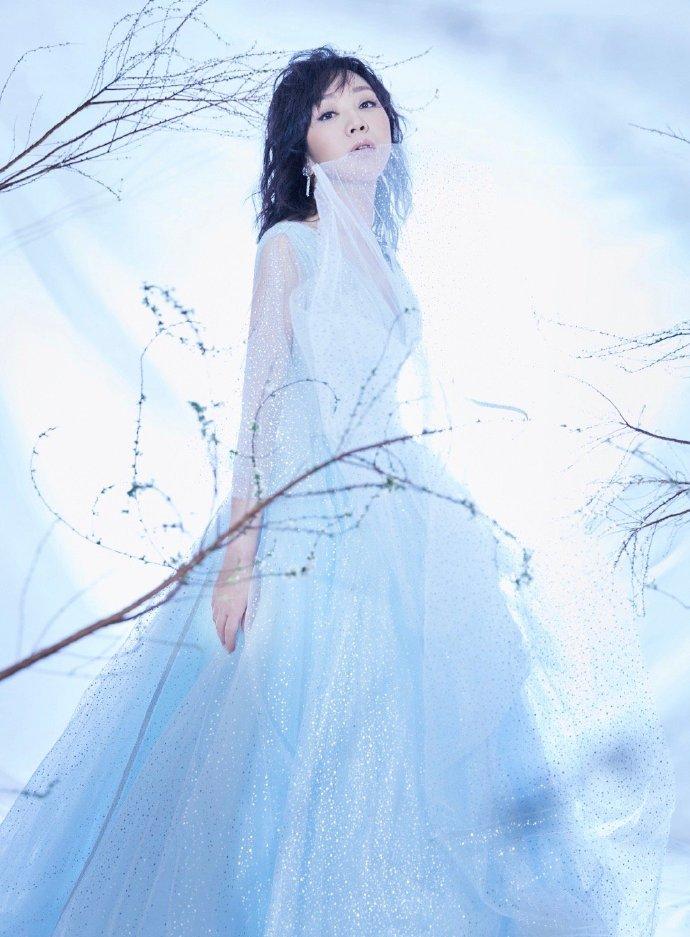 闫妮穿蓝色星光裙仙气十足深v造型大秀好身材
