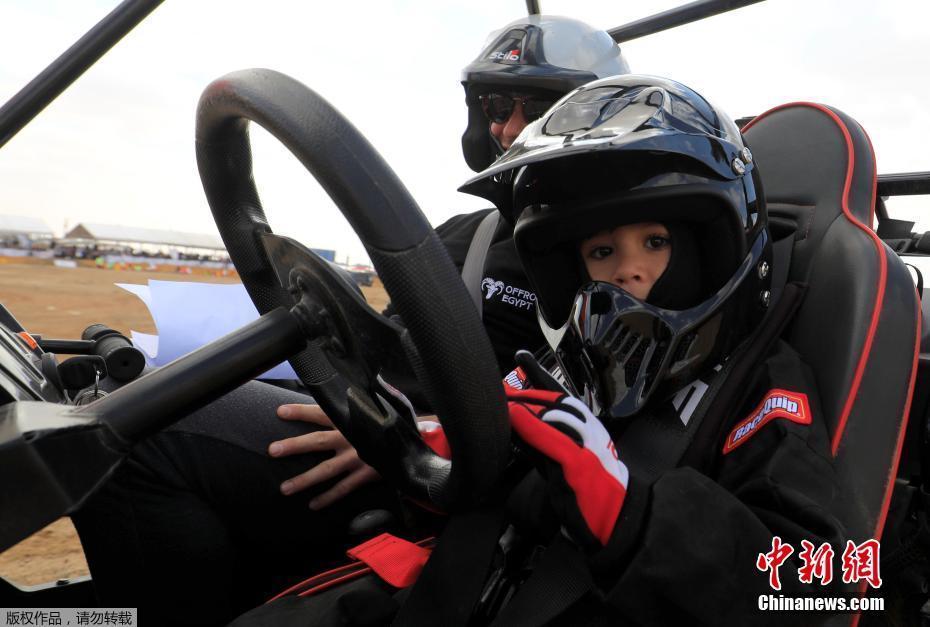 从小受父亲熏陶!埃及5岁天才小车手参加汽车拉力赛惊呆众人