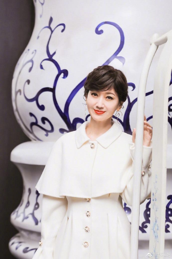 赵雅芝穿白色大衣端庄大气 对镜甜笑状态超好
