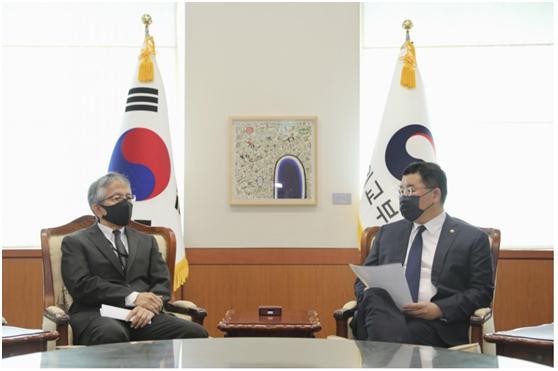 日本公使竟用这种露骨词语形容文在寅,引发韩国严正抗议插图(2)