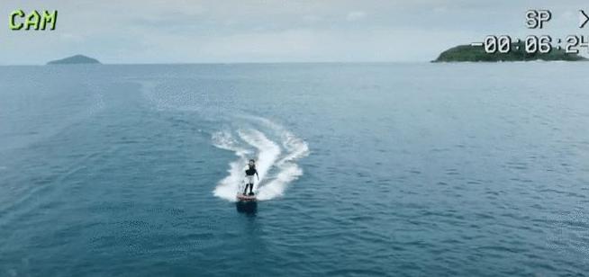 贾玲与亲友海边度假玩滑板冲浪动作灵敏