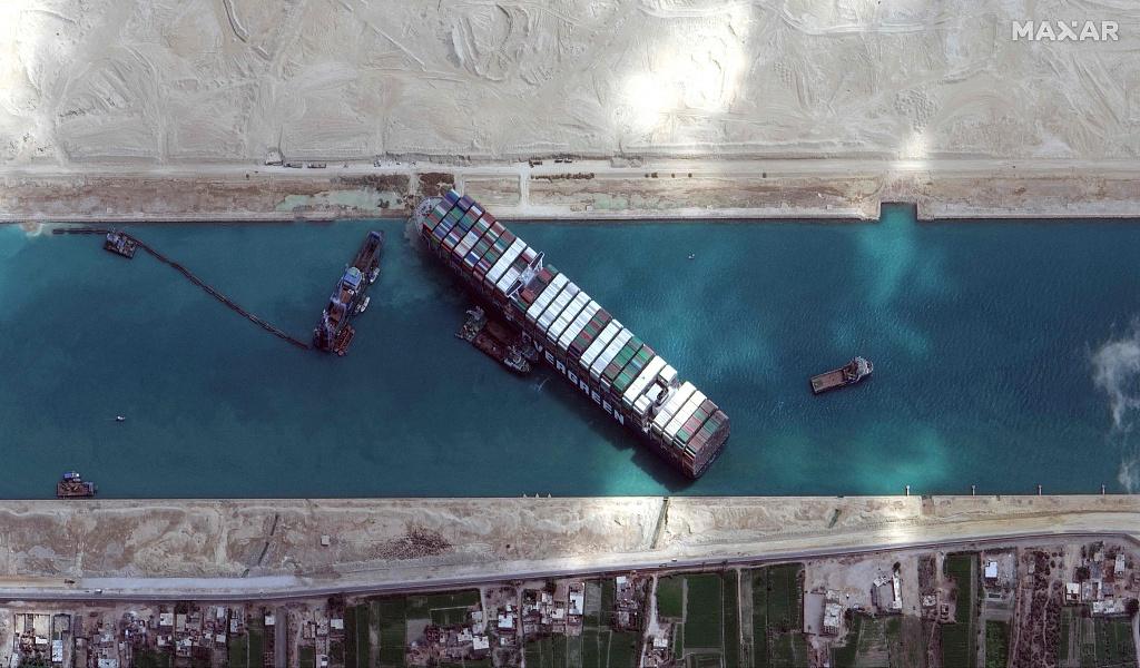 苏伊士运河堵塞致420多艘船滞留 43艘已顺利通过插图