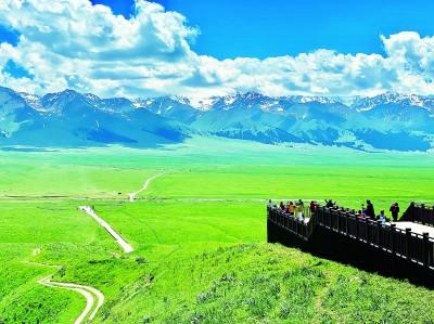 新疆伊犁:草原雪山引客来