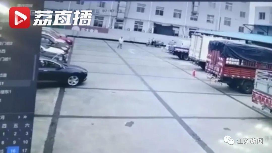 致命操作!女子倒车刮倒丈夫夹死自己...