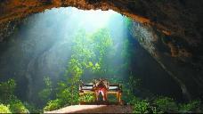 泰国人在洞穴中感受神秘与刺激