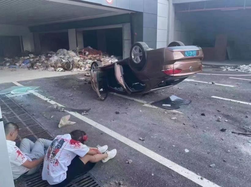 """事发昆明,22岁女子试驾二手车,从3楼""""飞""""下…两人受伤"""