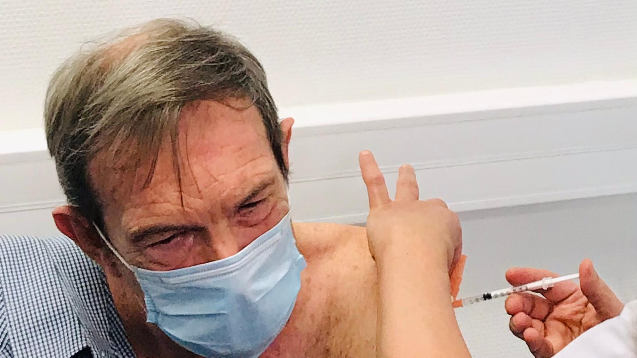 """电银付pos机(dianyinzhifu.com):78岁老人成法国首位新冠疫苗接种者 总统马克龙称抗疫有了""""新武器"""" 第2张"""