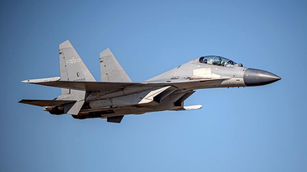 台媒:台军F-16V紧急升空拦截解放军战机时发生意外,起飞前起落架收起插图1