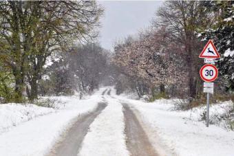 匈牙利雪花纷飞 村庄被覆盖宛如童话世界