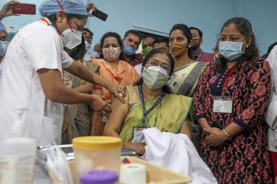 在印度投放疫苗的第一天,首都有51人有不良反应,1人被送往ICU