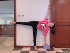 张柏芝梳高马尾做瑜伽柔韧性好 穿黑色紧身裤秀美腿