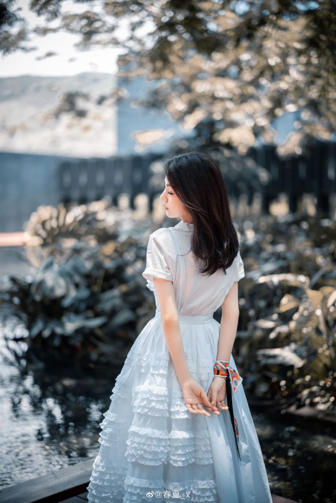 网络营销博客_春夏纯白长裙写真满满春日气息 眼神清亮纯粹似林间精灵插图2