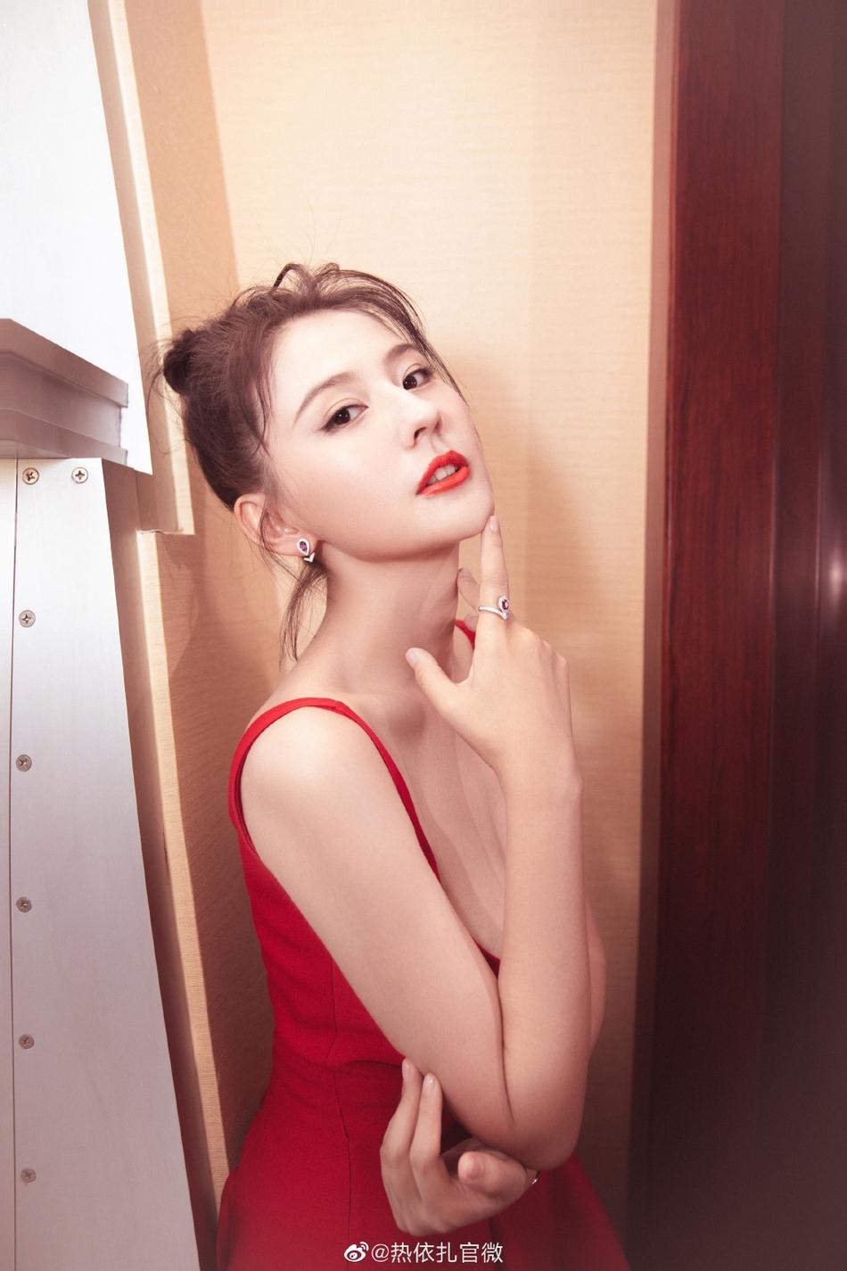 热依扎穿吊带红裙上围丰满 妆容精致气质优雅
