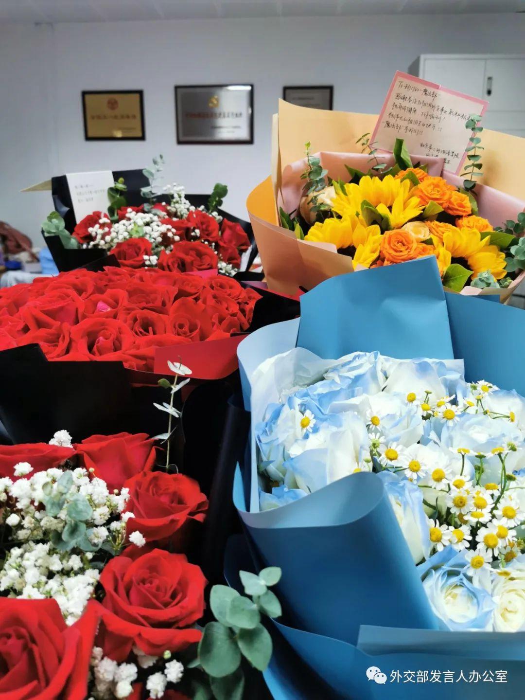 《【欧亿代理app】青年学生送上鲜花感谢中国政府营救孟晚舟回国外交部:鲜花收悉 感谢好意》