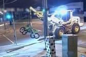 澳大利亚男子驾驶偷来的挖掘机闯入摩托车店偷车