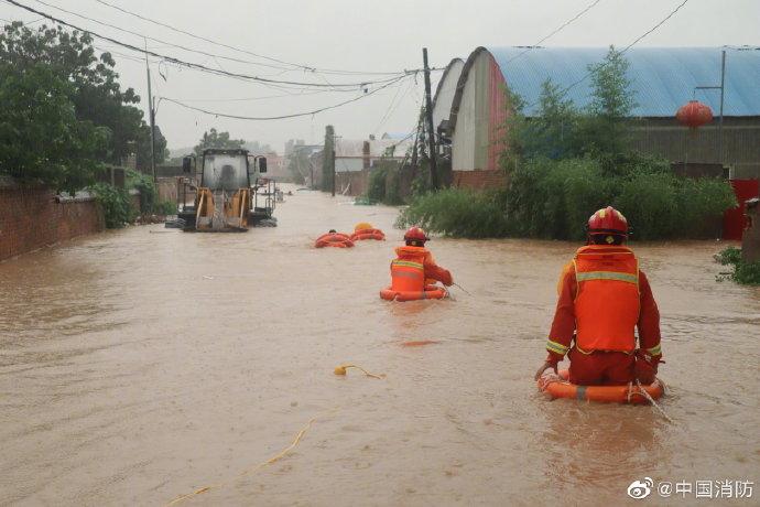 郑州消防员用救生圈转移71名被困人员