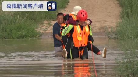 内蒙古降雨引发山洪及城市内涝 人车被困 救援人员成功营救