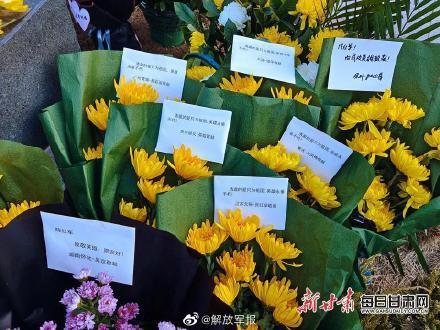 泪目!卫国戍边英雄陈红军墓前鲜花遍地插图5
