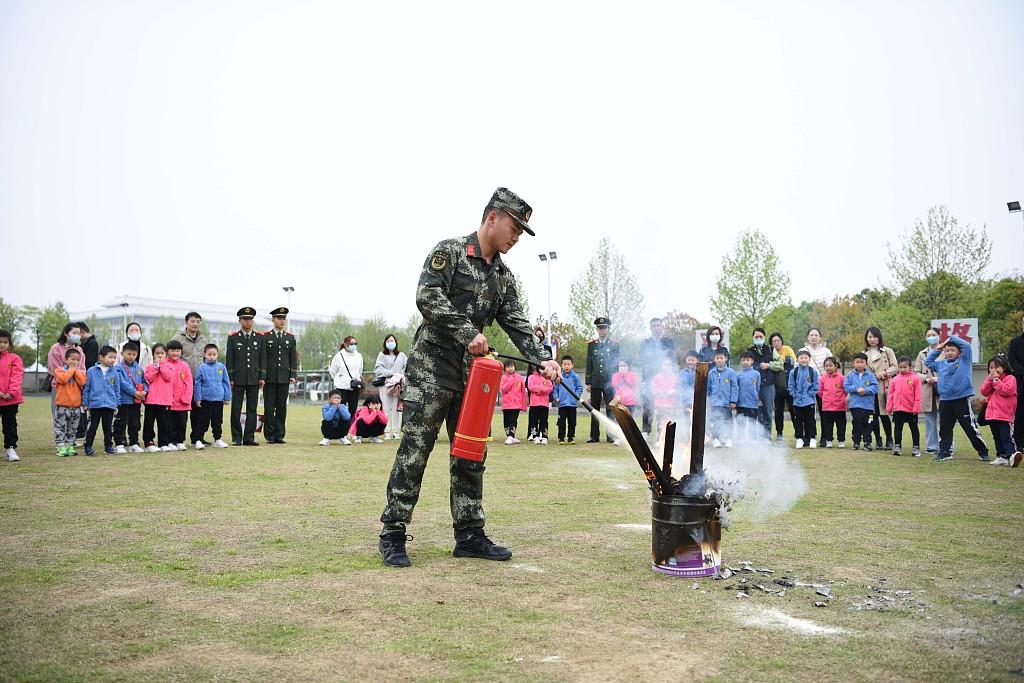 合肥:小学生进军营 进行国家安全教育