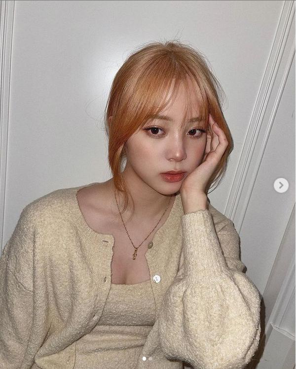 欧阳娜娜挑战玫瑰金发色 搭配纯色针织衫少女感十足