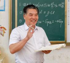 放弃高薪到山区支教 退休校长带寒门学子打了场高考翻身仗
