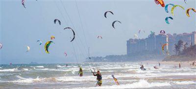 海南夏日冲浪 游人众多