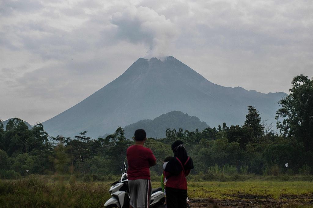 印度尼西亚默拉皮火山喷发