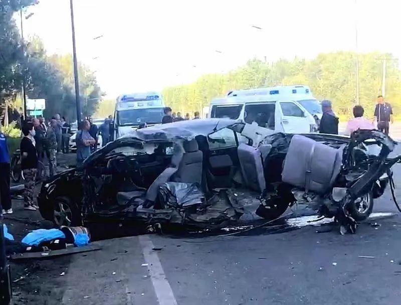 哈尔滨一小型普通客车与一辆轿车相撞,致两死两伤