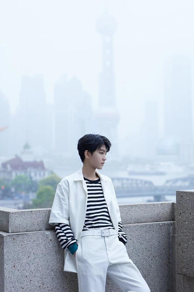 王俊凯光影之下似置身科幻大片 白衬衫难挡清冷气质