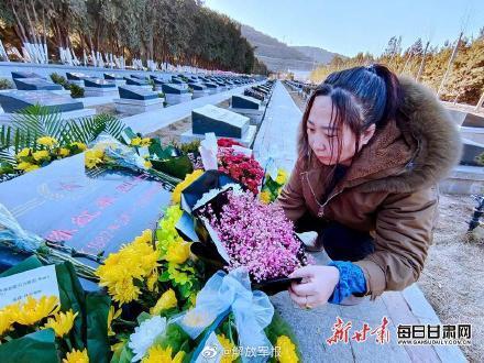 泪目!卫国戍边英雄陈红军墓前鲜花遍地插图3