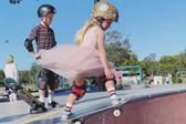 澳大利亞6歲小女孩身穿粉紅公主裙玩滑板走紅